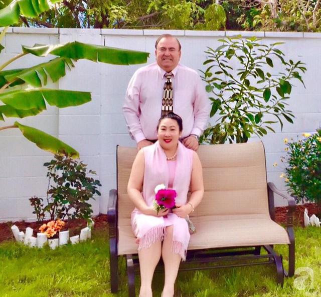 Chị Chi bên chồng trong ngôi nhà vườn tự tay thiết kế, tự tay thi công.