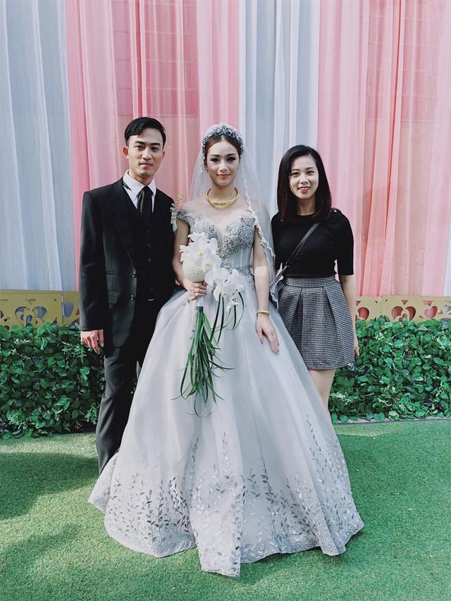 Hôm 8/11, lễ cưới của Trần Tú phim Người phán xử và cô dâu Thu Thảo đã tổ chức tại quê nhà Thái Nguyên. Cô dâu chọn váy cưới gợi cảm, đính kết đá cầu kỳ phân chân váy và trước ngực.