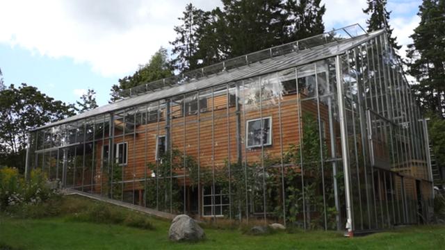 Toàn cảnh bên ngoài của ngôi nhà độc – lạ được bao bọc bằng kính trong suốt giữ nhiệt.