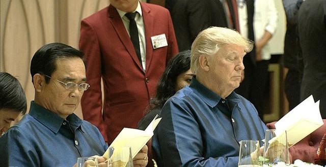 Tổng thống Mỹ Donald Trump và Thủ tướng Thái Lan xem thực đơn trong bữa tiệc tối 10-11.