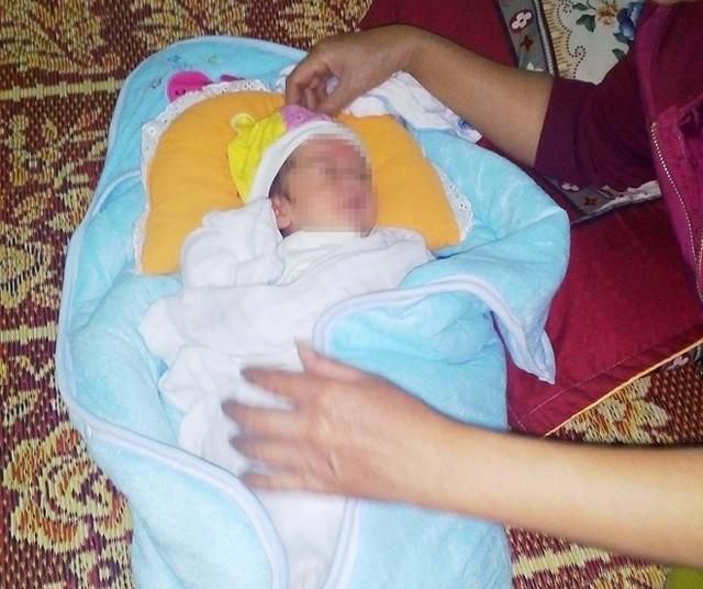 Bé gái sơ sinh bị bỏ rơi được chị Hiền đưa về chăm sóc. Ảnh: P.H.