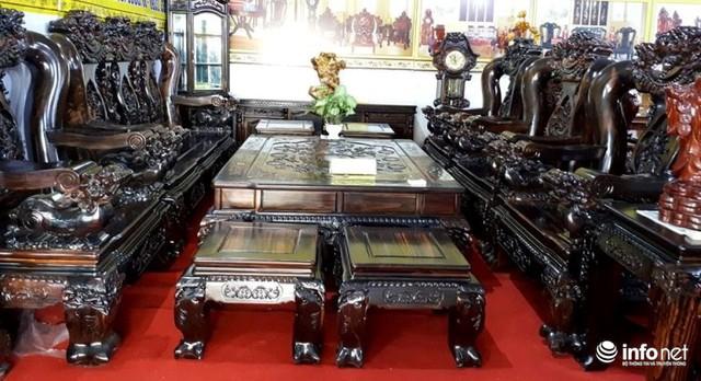 Bộ bàn ghế có tên Đỉnh Nghê, trị giá gần 2,5 tỷ đồng.    Cả bộ có 1 đoản dài..      và 4 ghế đơn, tất cả đều được làm từ gỗ mun hoa của Lào.      Chiếc bàn to được chạm khắc văn hoa đẹp mắt.      Bộ bàn ghế tân cổ điển làm bằng gỗ giáng hương đỏ của Lào 12 món có giá hơn 688 triệu đồng.             Các đường viền của bàn, ghế... đều chạm khắc những đường nét bắt mắt.      Bộ ghế tân cổ điển làm bằng gỗ giáng hương đỏ của Lào gồm 6 món có giá hơn 388 triệu đồng.      Bộ ghế triện lộc Vượng Tiến bằng gỗ mun của Lào, gồm 8 món có giá gần 260 triệu đồng.   Theo Infonet