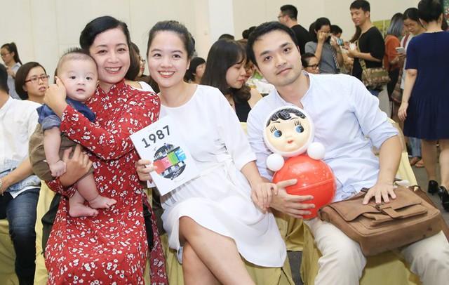 Chiều 11/11, Chiều Xuân cùng vợ chồng con gái Hồng Mi dự buổi ra mắt cuốn sách 1987 tại Hà Nội. Nữ nghệ sĩ bế theo cả cháu ngoại đáng yêu đến dự event. Hồng Mi, con gái lớn của vợ chồng Chiều Xuân lên xe hoa từ đầu năm nay.