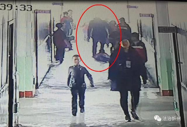 Sự việc bất ngờ xảy ra tại hành lang trường học khiến nhiều em học sinh khác vô cùng hoảng sợ.