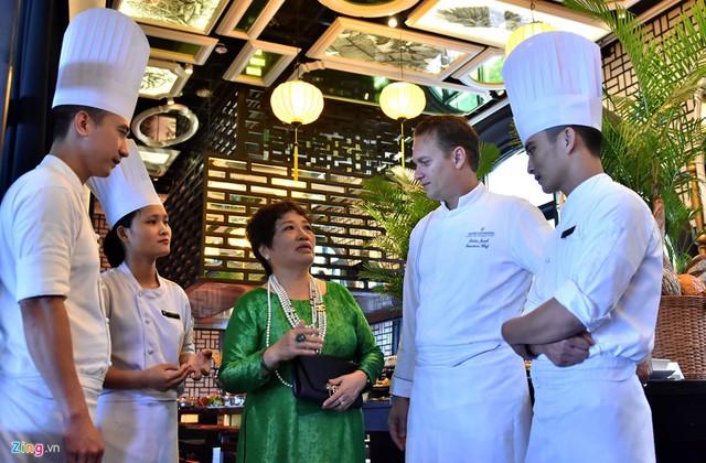 Để chuẩn bị ẩm thực cho ngày diễn ra Hội nghị cấp cao APEC 2017 cùng lúc tiếp đón 21 nhà lãnh đạo cấp cao, nghệ nhân ưu tú tri thức ẩm thực dân gian Ánh Tuyết (áo xanh) được mời tư vấn ẩm thực Việt cho hệ thống khách sạn, nhà hàng Khu nghỉ dưỡng InterContinental Đà Nẵng.
