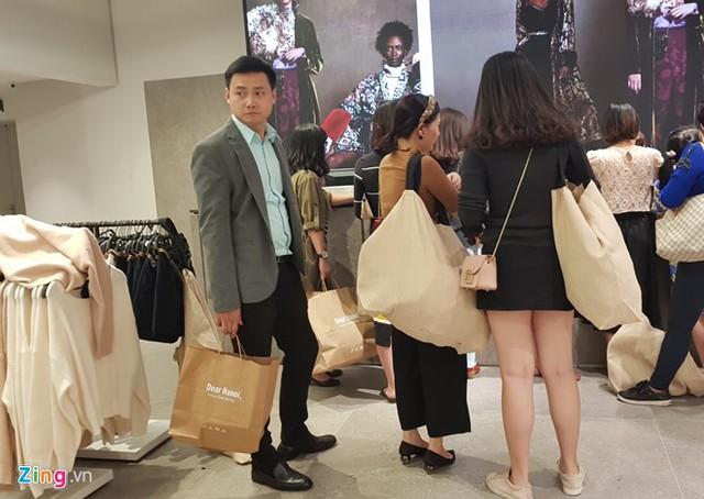 """Khách hàng hào hứng mua sản phẩm của Zara trong ngày khai trương. Ảnh: Hiếu Công.  Còn bạn Mai Phương (quận Ba Đình) cho rằng H&M và Zara tạo ra một sự khác biệt tại thị trường thời trang Hà Nội. Các bạn trẻ tại Việt Nam có thể dễ dàng mua sắm và trải nghiệm mà không phải đi đâu xa, không phải vất vả order như trước kia.  Mai Phương cũng cho rằng giá không quá chênh lệch với cả hệ thống trên thế giới. """"Các sản phẩm có cái rẻ hơn một chút, có cái đắt hơn một chút, thậm chí có cái đắt hơn khá nhiều, nhưng mình vẫn sẵn sàng mua nếu hợp và yêu thích"""", Phương chia sẻ.  Bạn Nam Anh (quận Hoàn Kiếm) thì thẳng thắn thừa nhận H&M và Zara đến Hà Nội đáp ứng nhu cầu sính hàng ngoại của người dân. Bạn cho biết bản thân thường chọn oder đồ thời trang ngoại nên việc cả 2 thương hiệu xuất hiện ở Hà Nội là điều rất tuyệt vời.  Khó mua  Tuy nhiên, trong dòng người rất đông tò mò tham quan các cửa hàng của H&M và Zara phần nhiều phải lắc đầu ra về, do không chọn được sản phẩm ưng ý, cũng như giá cả quá cao so với mức thu nhập của mình và thực tế chất lượng sản phẩm.  Chị Minh Tú (quận Cầu Giấy) chia sẻ đến cửa hàng Zara tại Hà Nội vì thấy bạn bè nói đồ thời trang cho trẻ em rất đẹp. Chị Tú định mua một số quần áo cho các con. Tuy nhiên, khi đến cửa hàng chị mới thấy hàng hóa quá đắt tiền so với thu nhập của gia đình.     Nhiều bạn trẻ tò mò về các sản phẩm lạ mắt nhưng không mua. Ảnh: Hiếu Công.   """"Một chiếc quần bò cho con trai khoảng 4 tuổi có giá 799.000 đồng thì khá đắt so với thu nhập. Thậm chí, chiếc áo khoác cho cháu cũng có giá 1.299.000 đồng. Cũng có nhiều sản phẩm mức giá 200.000 đồng đến dưới 500.000 đồng, nhưng như thế vẫn rất cao, và tôi khó có thể mua sản phẩm của Zara"""", chị Tú chia sẻ.  Duy Nam (25 tuổi, quận Cầu Giấy) đến cửa hàng H&M hy vọng tìm được một số món đồ phù hợp. Theo cảm nhận của riêng Duy Nam, gian hàng dành cho nam ở H&M Hà Nội có vẻ khá đơn điệu và không có nhiều sản phẩm để lựa chọn.  Nam còn cho biết bạn khá khó khăn khi chọn size quần áo. Hầu hết quầ"""