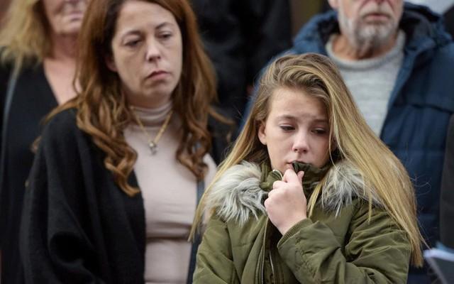 Mia và mẹ có mặt tại phiên tòa tố cáo tội ác tàn nhẫn của hung thủ. (Ảnh: Internet)
