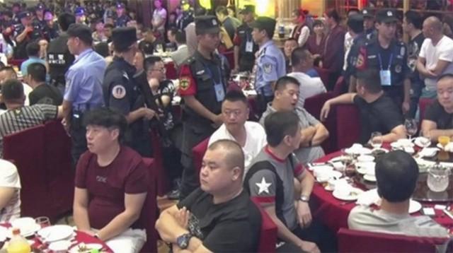 Cảnh sát Trung Quốc xông vào đám cưới vây bắt xã hội đen.