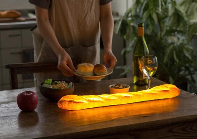 Một chiếc đèn độc đáo với nguyên liệu gần như làm bánh mỳ thật gồm có bột mì, muối nấm men, một nhà sáng tạo người Nhật đã thêm vào bên trong hệ thống đèn LED màu vàng giúp những chiếc bánh mỳ phát sáng.