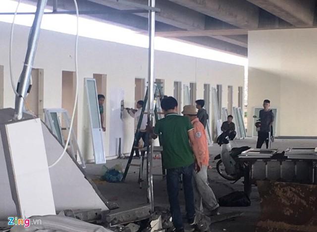 Người dân tự tháo dỡ công trinh sai phép dưới gầm cao tốc Hà Nội - Hải Phòng. Ảnh: Văn Chương.
