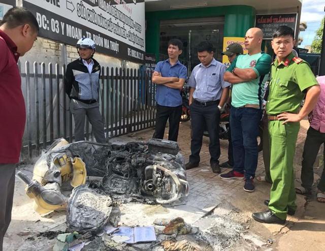 Chiếc xe máy của chị T. bị cháy rụi sau khi bị chồng cũ đốt. Ảnh: Minh Quý.