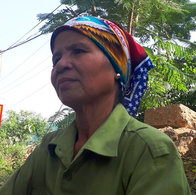 Bà Thơm kể lại giây phút phát hiện thi thể bé gái. Ảnh: Nguyễn Dương.