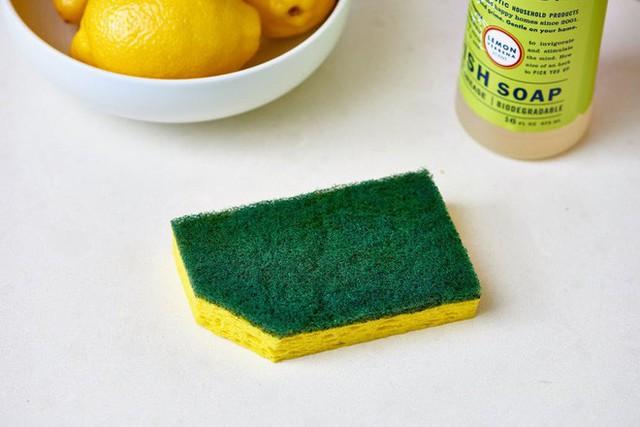 Bạn biết vì sao nên cắt một góc của miếng rửa bát không? (Ảnh: apartmenttherapy)