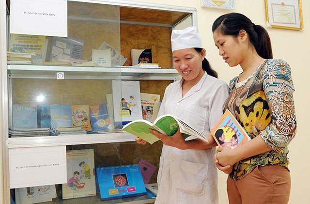 Cán bộ Trạm y tế xã Tân Trào, huyện Sơn Dương (Tuyên Quang) hướng dẫn người dân các biện pháp kế hoạch hóa gia đình. Ảnh: Đăng Anh