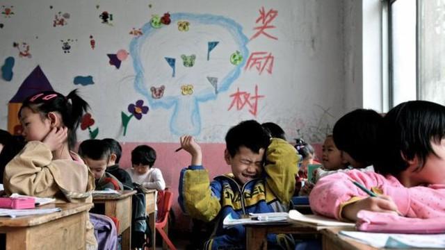Nhiều cha mẹ để con lại quê nhà vì lo trẻ không được hưởng phúc lợi xã hội khi đi cùng đến thành phố mới. Ảnh: AFP.