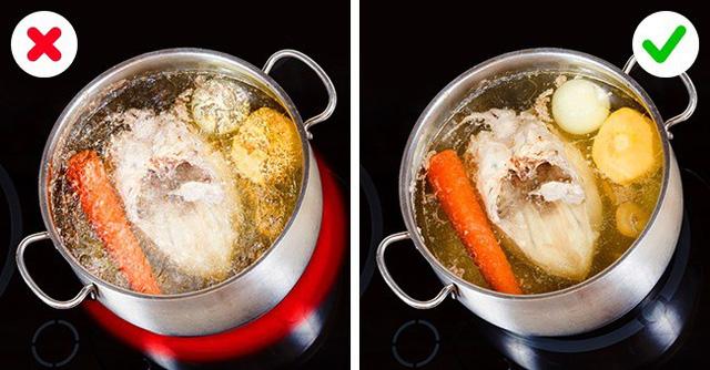 Nước dùng là thành phần quan trọng trong rất nhiều món ăn như súp, sốt hay nhiều món khác. Để có một nồi nước dùng ngọt, trong suốt, bạn cần đun gà (không có da) trong vòng ít nhất 3 giờ và để ở nhiệt độ thấp, liên tục vớt bọt, váng bẩn. Sau khi đun khoảng một tiếng rưỡi, bạn có thể thêm rau mùi tây, cần tây, cà rốt và hành.