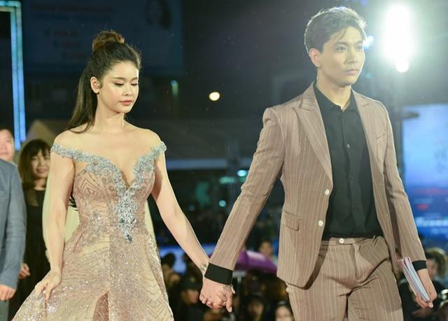 Tim và Trương Quỳnh Anh tay trong tay ở Liên hoan phim.