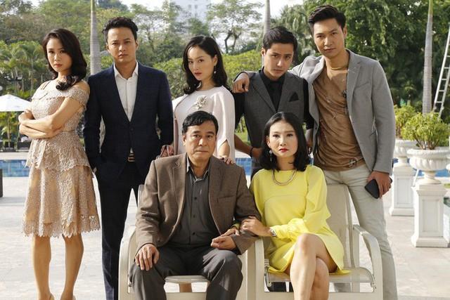 Lan Phương cùng dàn diễn viên trong bộ phim Cả một đời ân oán.