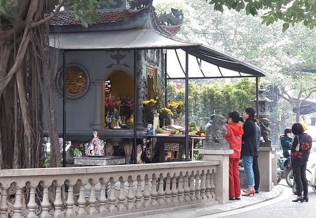 Ngày 15/10/2017 âm lịch (tức ngày 2/12) nhiều người dân thủ đô đến thắp hương tại miếu thờ trên đường Vũ Trọng Phụng