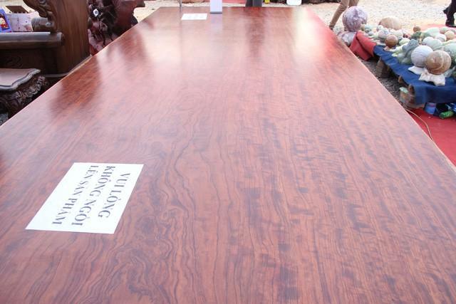 Chiếc sập gỗ nguyên khối được nhập khẩu từ Nam Phi.
