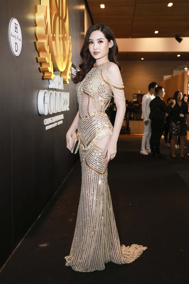 Hoa hậu Đại dương 2017 Lê Âu Ngân Anh thu hút sự chú ý không kém với trang phục có thiết kế cắt cúp độc đáo.