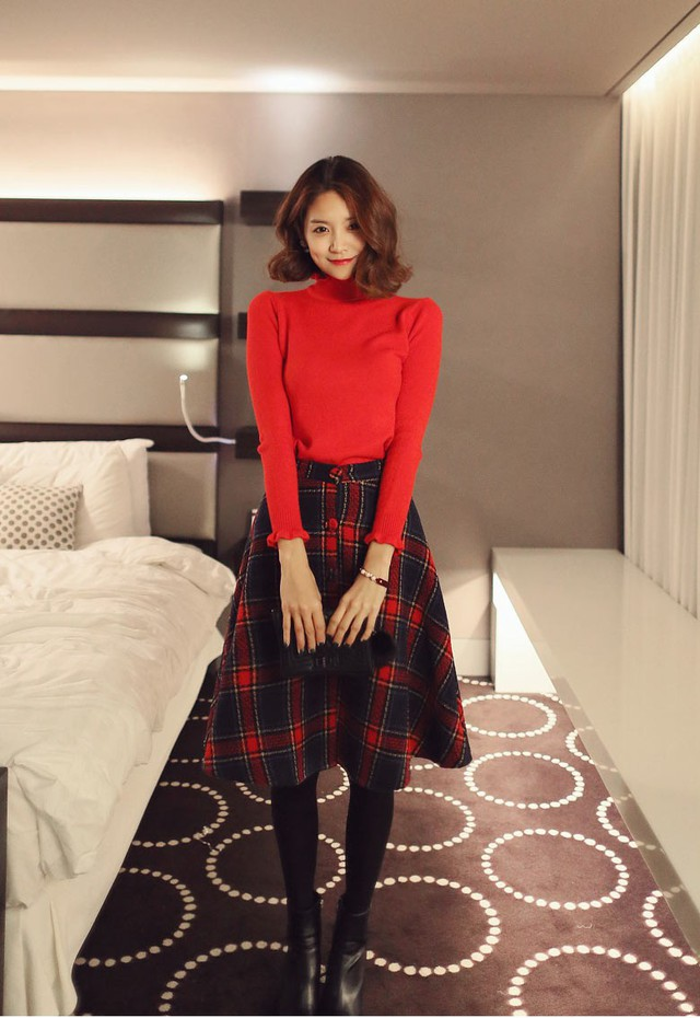 Một chiếc chân váy caro đỏ và xanh tím than sẽ tiết chế bớt sự rực rỡ của bộ trang phục nhưng cũng không làm kém sự kiêu sa, nổi bật của bạn đâu.