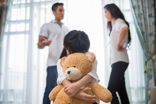 Tự hỏi bản thân 4 câu này nếu bạn vẫn nghĩ 'vì con nên không dám ly hôn'