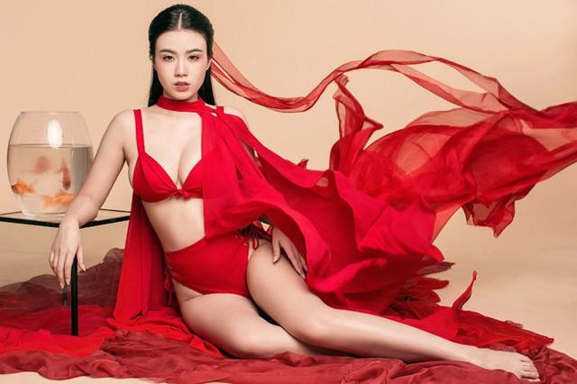 Linh Miu gây chú ý qua phong cách hở bạo trong các shoot ảnh.