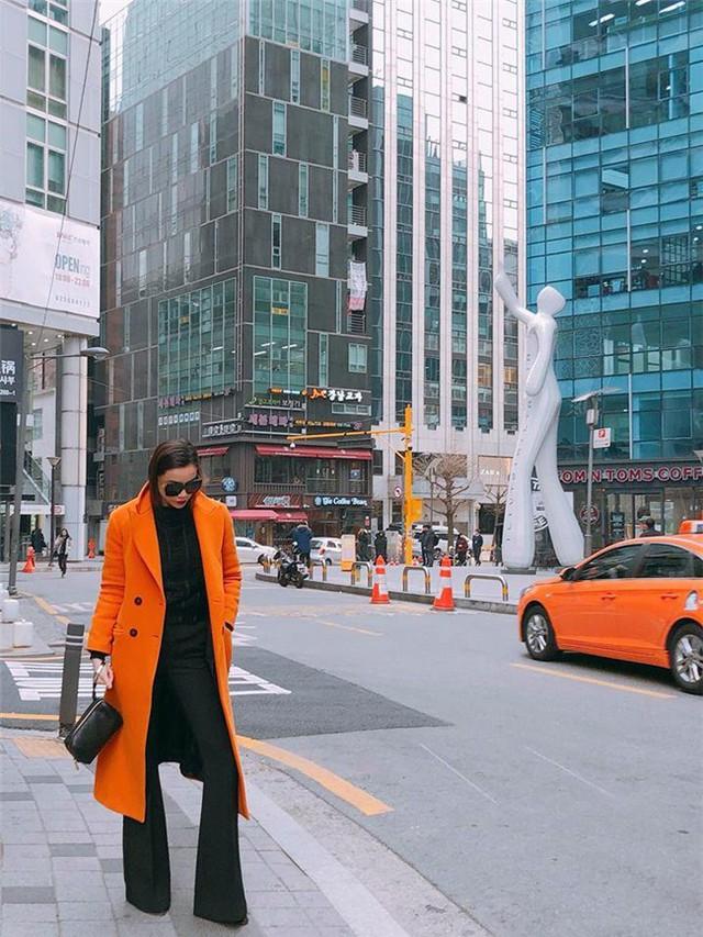 """Hồ Ngọc Hà và Hoa hậu Đỗ Mỹ Linh """"đại chiến"""" với áo khoác măng tô"""