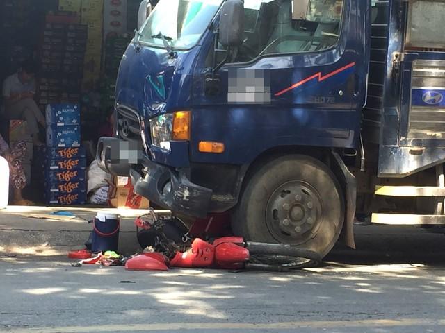 Đứng mua hàng tại tiệm tạp hóa, cô gái 20 tuổi bị xe tải tông nguy kịch