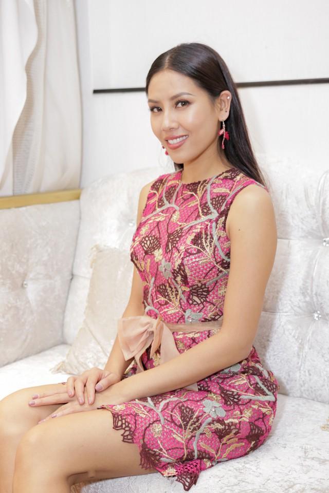 Người đẹp Nguyễn Thị Loan háo hức thử váy cho show thời trang 2 tỷ