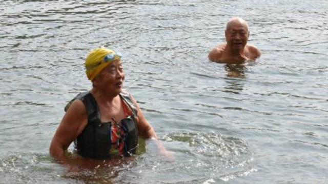 Vợ chồng già bơi mỗi ngày suốt 20 năm để tăng tuổi thọ