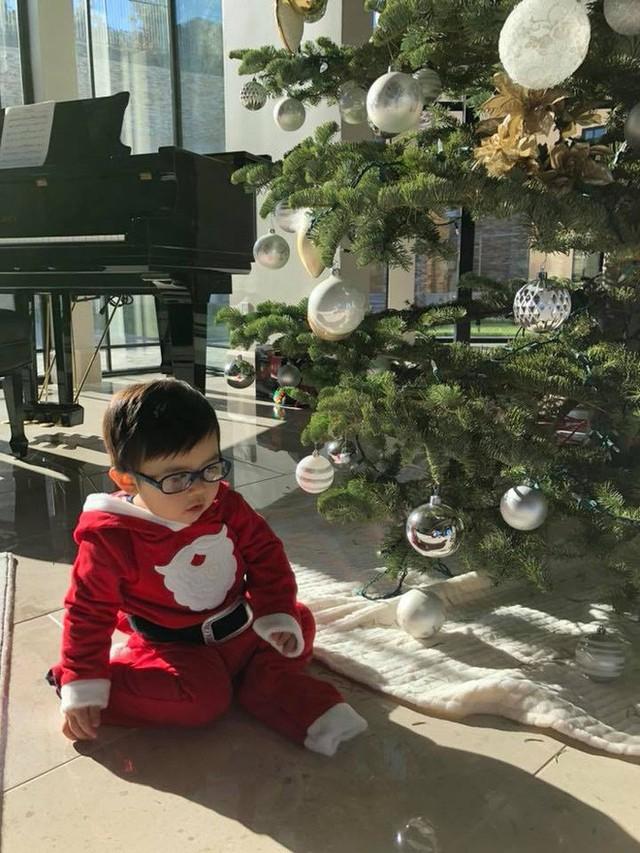 Bà xã Đan Trường chia sẻ loạt ảnh đáng yêu, ngộ nghĩnh của con trai khi hóa thân thành ông già Noel