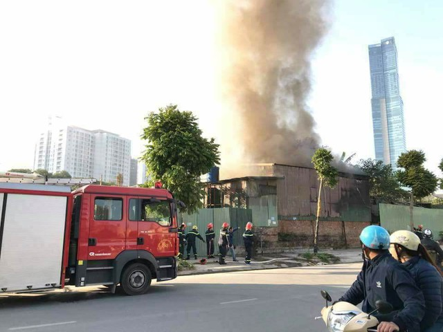 Hà Nội: Cháy lớn ở khu nhà tôn, có người chết