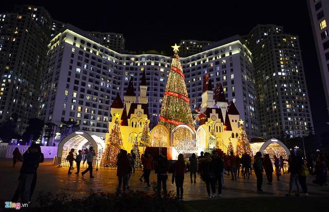 Các trung tâm thương mại ở Hà Nội rực rỡ trước Giáng sinh