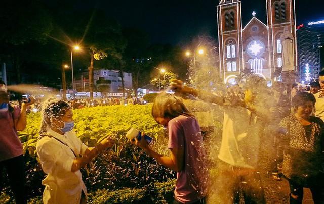 Cô gái bị phun tuyết kín mặt, suýt ngạt thở trong đêm Noel ở Sài Gòn