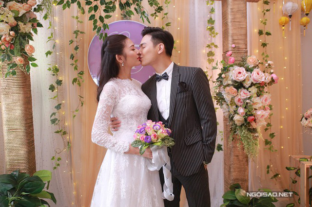 Vợ chồng Chúng Huyền Thanh hôn nhau trong đám cưới tại Hải Phòng