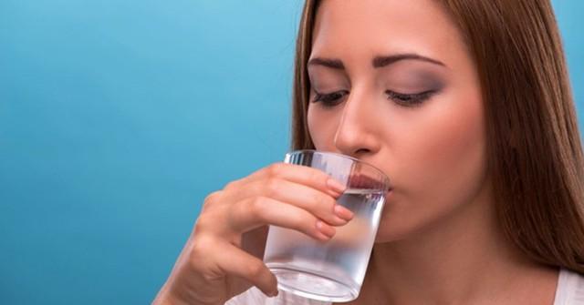 Uống một cốc nước lạnh vào buổi sáng có thể tránh được viêm họng dị ứng. Ảnh: Curejoy.
