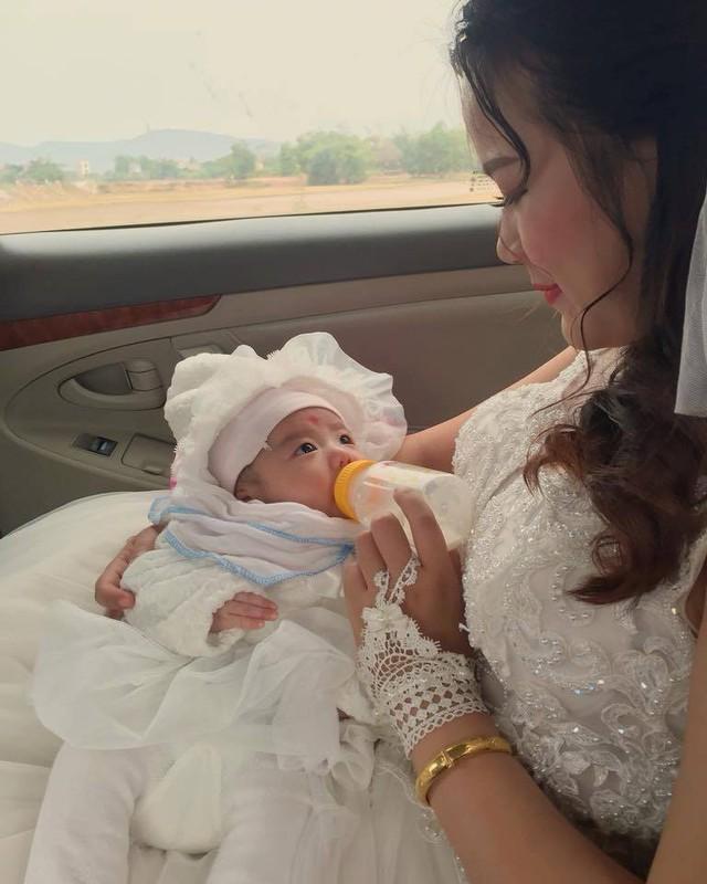 Rớt nước mắt với tâm sự của cô dâu bế con một tháng trên xe hoa về nhà chồng