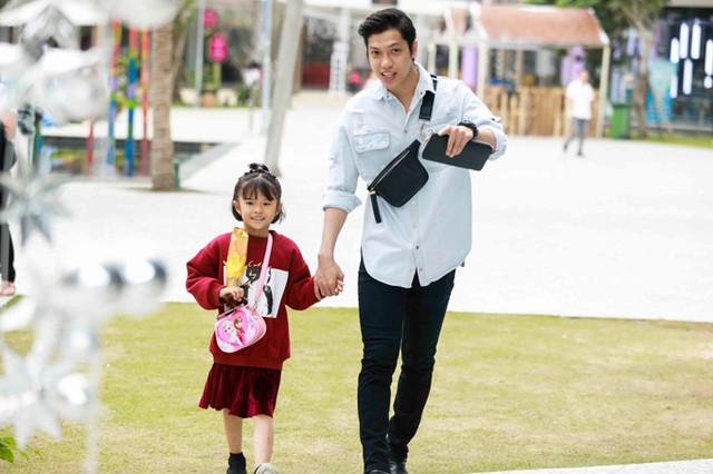 Dịp nghỉ Tết dương lịch, vũ công Hiền Sến đã dành thời gian vui chơi bên bé Kỳ Kỳ, con riêng của Lý Phương Châu và chồng cũ - Lâm Vinh Hải.
