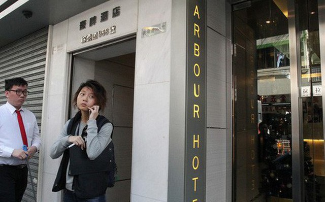 Một nhân viên cảnh sát tại khách sạn Harbour, nơi bị cáo giấu thi thể thiếu nữ 15 tuổi. Ảnh: SCMP