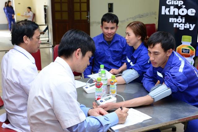 Người lao động được các chuyên gia y tế khám bệnh và tư vấn tận tình về dinh dưỡng và sức khỏe