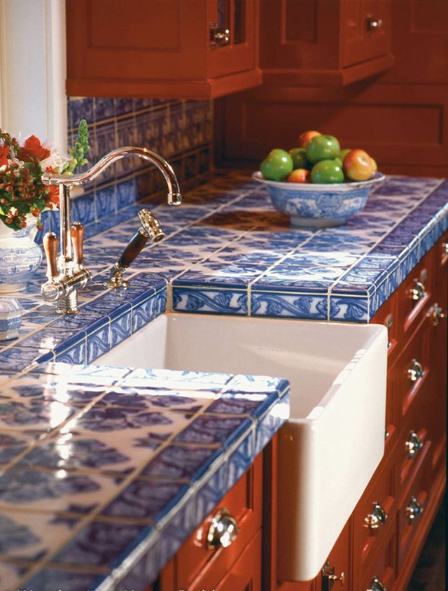Gạch màu xanh dương theo phong cách họa tiết Trung Quốc tương phản với đồ nội thất tone màu ấm.