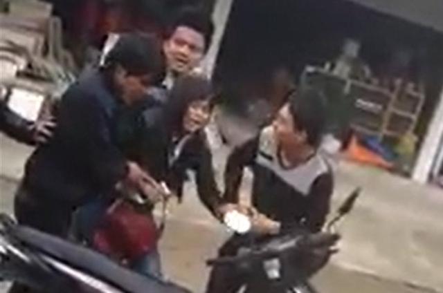Cô gái khóc lóc, van xin nhưng vẫn bị nhóm thanh niên ép ngồi lên xe. Ảnh cắt từ clip.