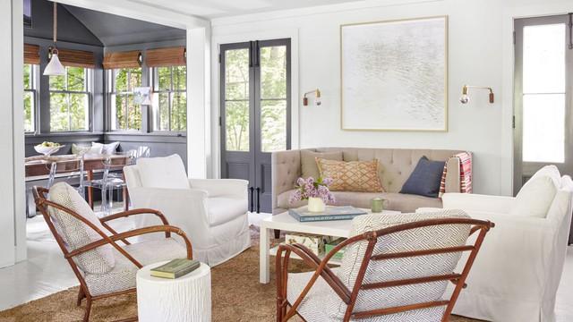Sự kết hợp của những chiếc ghế mây và những chiếc nệm ngồi đa dạng đã tạo nên phong cách chiết trung độc đáo cho không gian. Chiếc ghế sofa Chesterfield lại rất phù hợp với những cánh cửa kiểu Pháp.