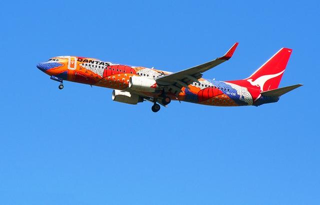 Một chiếc máy bay được sơn màu sặc sỡ, nổi bật.