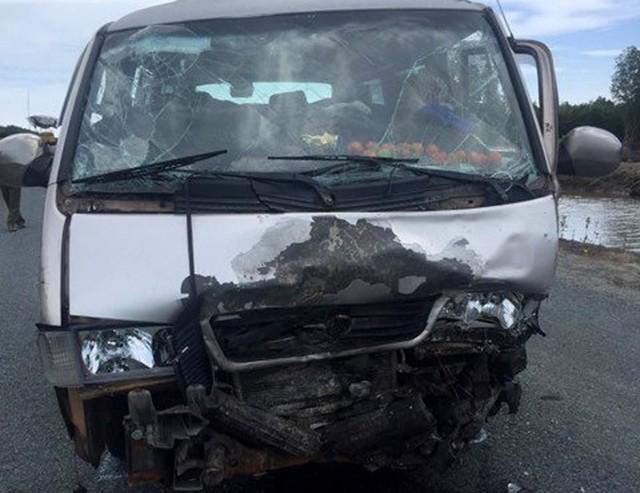 Ôtô 16 chỗ hư hỏng phần đầu và tài xế thiệt mạng. Ảnh: Nhật Tân.