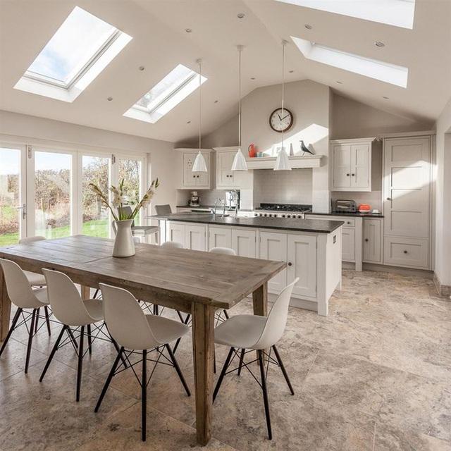 2. Phòng bếp và phòng ăn hiện đại lấy cảm hứng từ phong cách nhà trang trại với bàn ăn mộc mạc.