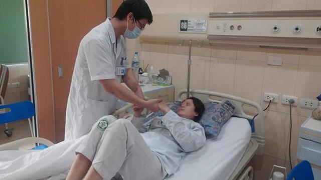 Chị B.T.K.P ( nữ, 43 tuổi, Hà Nội) nhập viên trong tình trạng liệt nửa người trái, méo miệng. Ảnh: Lương Quốc Chính