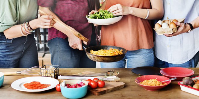 Ăn cùng bạn bè và người thân sẽ mang lại cho bạn cảm giác đầm ấm và thoải mái. Ảnh: Amendo